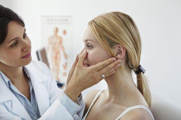 doctora tocando nariz