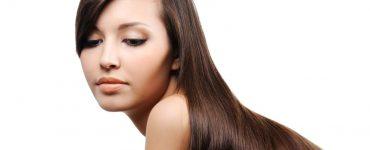 mujer con cabello lacio