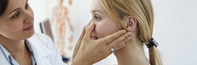 mujer revisando nariz