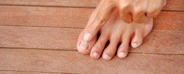 personal señalando uña de pie