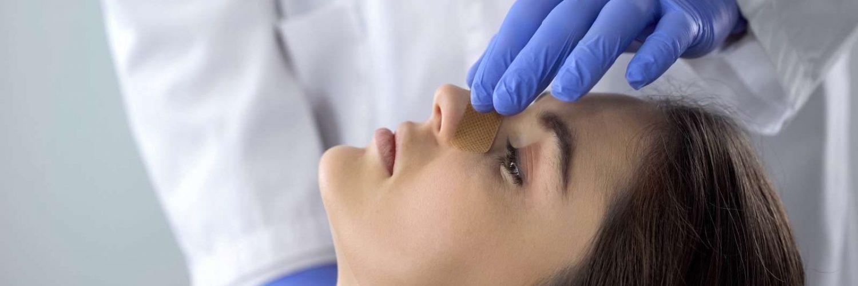 doctor tocando nariz de paciente