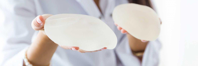 doctora mostrando protesis de mama