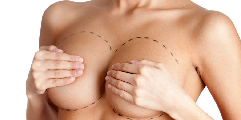 mujer con manos en los pechos