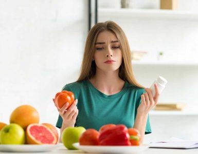 mujer mirando alimentos