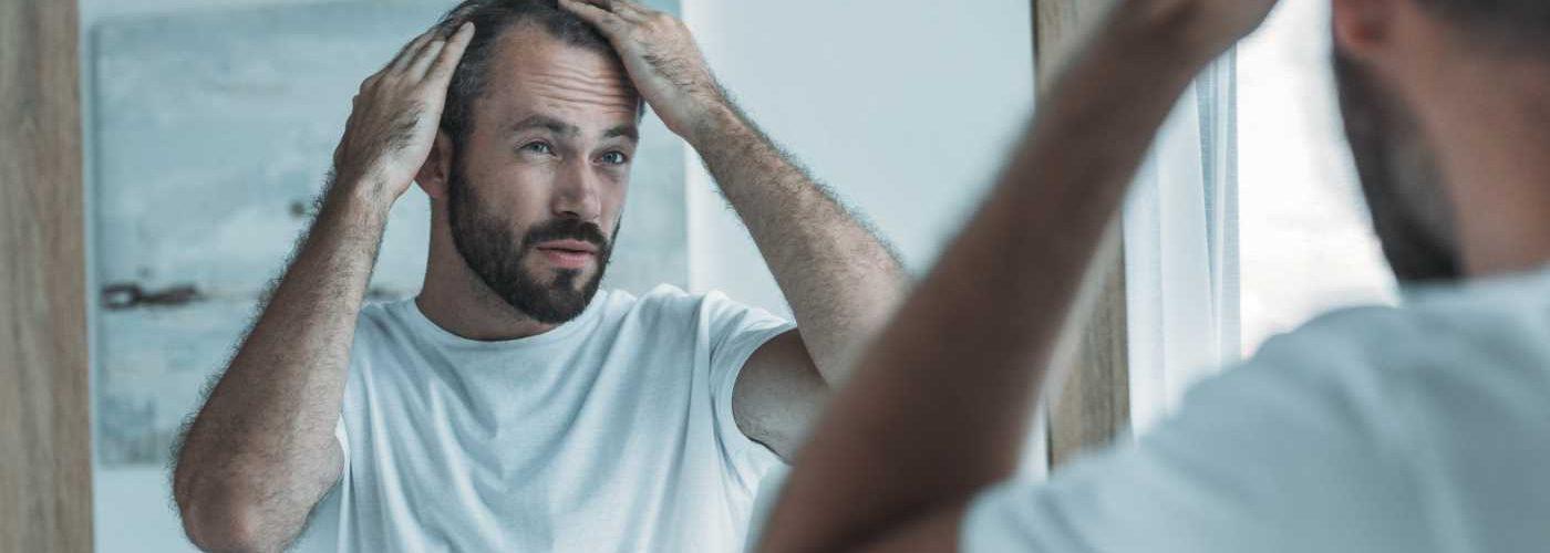 hombre mirandose al espejo