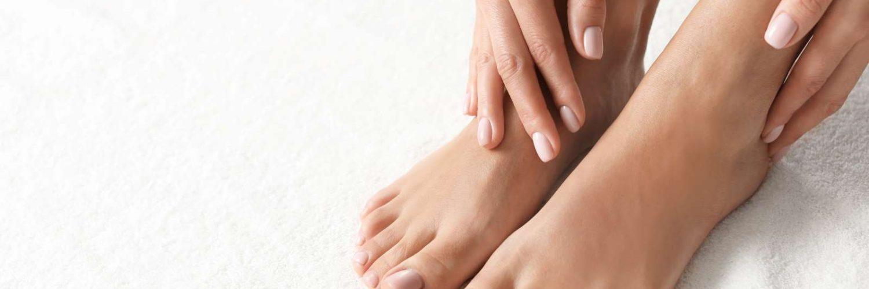 pies y manos de mujer