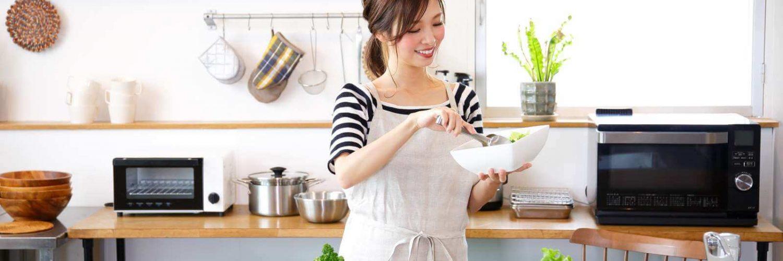 mujer cocinando en casa
