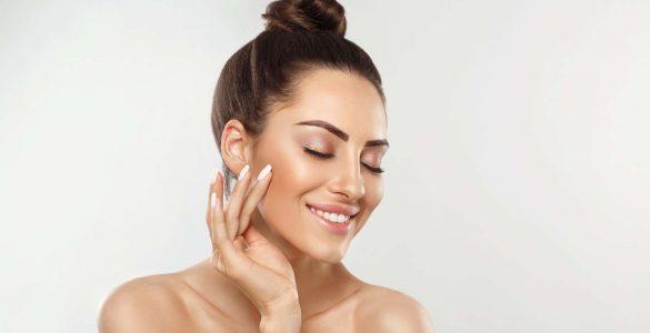 mujer tocando su piel