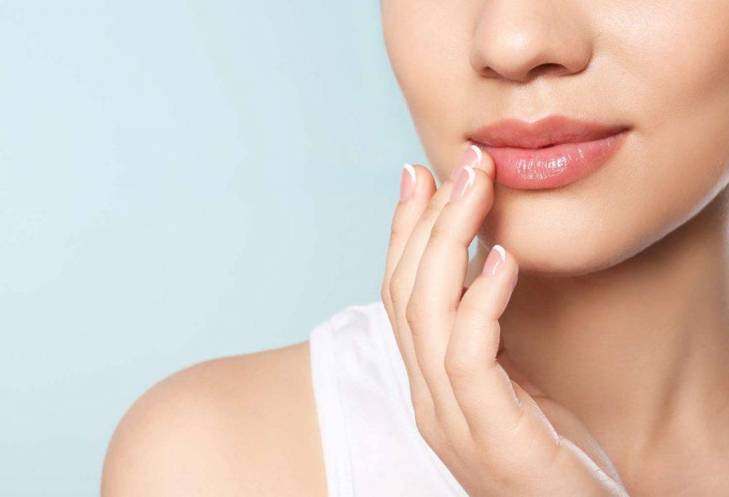 mujer tocandose los labios