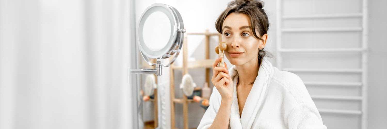 mujer aplicando mascarilla