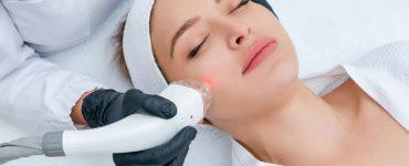 mujer haciendo tratamiento facial