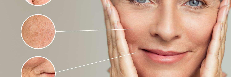 mujer tocando su cara