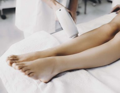 personal haciendo depilacion laser
