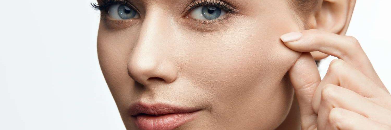 mujer pellizcando su cara