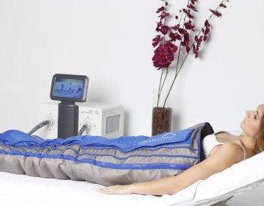 mujer con tratamiento de presoterapia