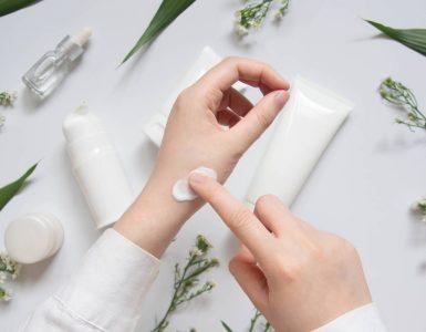 persona piniendo crema en mano