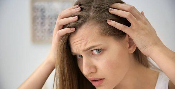 mujer tocando su pelo