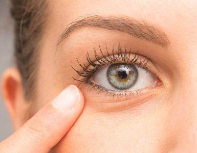 mujer tocando su ojo