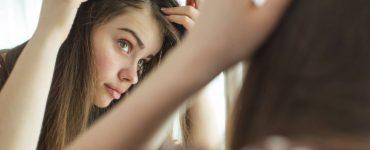 mujer mirando su pelo