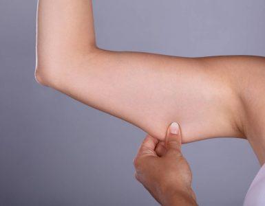 persona tocando su brazo