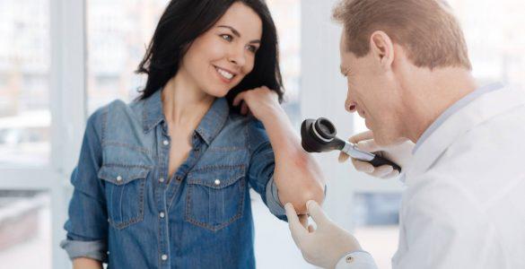 dermatolog inspeccionando