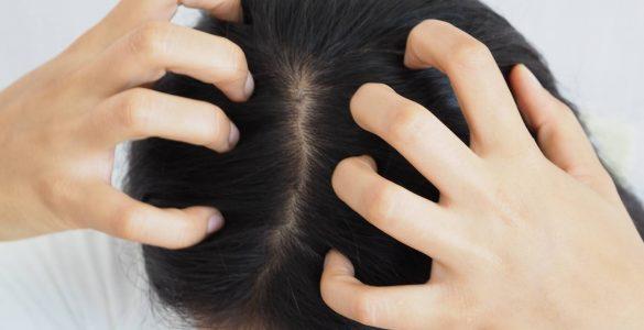 persona tocando su pelo
