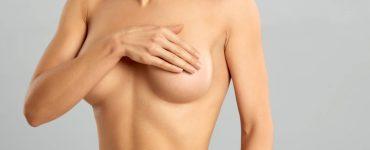 mujer cubriendo su pecho