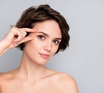mujer señalando sus cejas