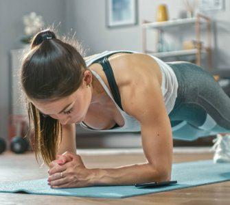 mujer haciendo ejercicio en suelo