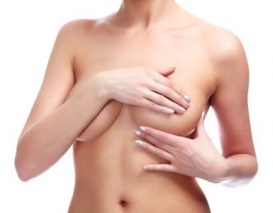 mujer tapando sus pechos