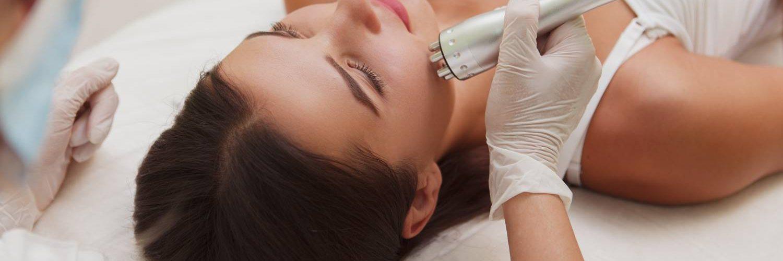 mujer haciendo radiofrecuencia facial