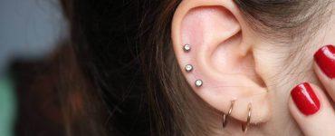oreja de mujer con piercings