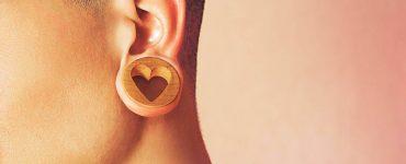 mujer con dilatacion en oreja